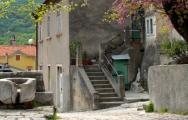Na gradskom trgu Vrata u Bakru još i danas postoje starinske mjere za žito iz 15 st.