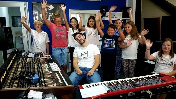 """Učenici OŠ Bakar snimili pjesmu """"Mi smo mali Bakrani"""" u glazbenom studiju """"Maraton"""""""
